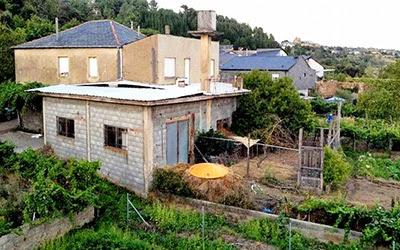 """Example of """"ugliness"""": improvised houses. O Barco de Valdeorras, Rubén Vizcaíno en La Voz de Galicia (Galician Journal)"""